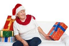 Счастливая пожилая женщина с подарком коробки рождества - концепцией праздника Стоковое Фото