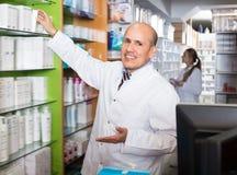 Счастливая порция аптекаря и фармации ассистентская Стоковые Изображения RF