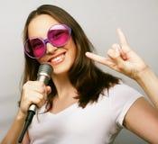Счастливая поя девушка Стоковая Фотография RF