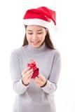 Счастливая подарочная коробка красного цвета рождества отверстия женщины Стоковая Фотография