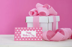 Счастливая подарочная коробка дня матерей белая с розовой лентой нашивки Стоковые Фотографии RF