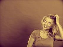 Счастливая положительная белокурая женщина показывать руки Стоковое Изображение