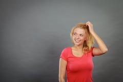 Счастливая положительная белокурая женщина показывать руки Стоковые Фотографии RF