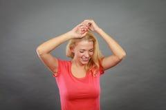 Счастливая положительная белокурая женщина показывать руки Стоковая Фотография RF