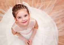 Счастливая прелестная маленькая девочка в платье принцессы Стоковые Фото