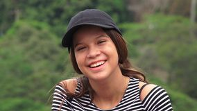 Счастливая предназначенная для подростков девушка смеясь над и усмехаясь Стоковые Фото