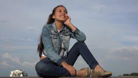 Счастливая предназначенная для подростков девушка Daydreaming стоковые фото