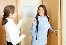 Счастливая предназначенная для подростков дочь усмехаясь и говорит до свидания Стоковое Изображение RF