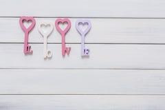 Счастливая предпосылка дня валентинок, ключевые сердца Скопируйте космос на древесине Стоковые Фото