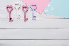Счастливая предпосылка дня валентинок, ключевые сердца Скопируйте космос на древесине Стоковые Изображения RF