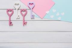 Счастливая предпосылка дня валентинок, ключевые сердца Скопируйте космос на древесине Стоковое Изображение RF