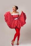 счастливая представляя женщина студии Ретро стиль pin-вверх Стоковая Фотография RF