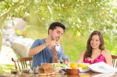 Счастливая, привлекательная пара ест завтрак совместно Стоковая Фотография RF