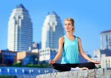 Счастливая размышляя женщина сидя в siddhasana Стоковая Фотография