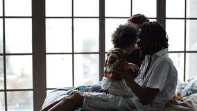 Счастливая разнообразные семья и сын ослабляя дома акции видеоматериалы
