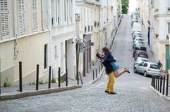Счастливая романтичная пара обнимает на Montmartre Стоковое Фото