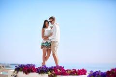 Счастливая романтичная пара Парень и подруга на курорте Любовники обнимая на концепции отношения морского побережья скопируйте ко Стоковые Фото