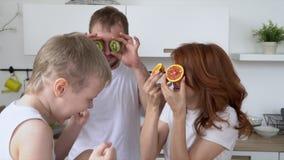 Счастливая дружная семья играет о варя завтрак в кухне Вся семья делает завтрак в кухне видеоматериал