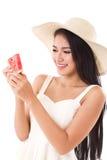 Счастливая рука женщины держа арбуз, временя Стоковые Изображения