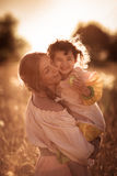 Счастливая связь матери с дочерью в пшеничном поле Стоковые Изображения
