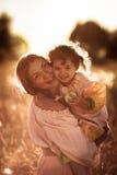 Счастливая связь матери с дочерью в пшеничном поле Стоковое Изображение RF