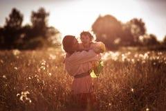 Счастливая связь матери с дочерью в пшеничном поле Стоковые Изображения RF