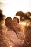 Счастливая связь матери с дочерью в пшеничном поле Стоковое фото RF