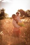 Счастливая связь матери с дочерью в пшеничном поле Стоковое Фото