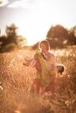 Счастливая связь матери с дочерью в пшеничном поле Стоковая Фотография