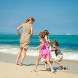 Счастливая семья бежать на пляже Стоковые Изображения RF