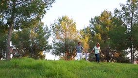 Счастливая семья бежать через луг сток-видео