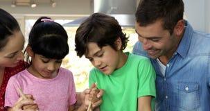 Счастливая семья варит совместно акции видеоматериалы