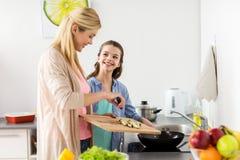 Счастливая семья варя кухню еды дома Стоковая Фотография RF