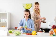 Счастливая семья варя кухню салата дома Стоковое Изображение RF