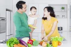 Счастливая семья варя совместно в кухне Стоковое фото RF