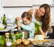 Счастливая семья варя суп Стоковое Фото
