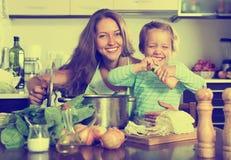 Счастливая семья варя суп Стоковые Изображения RF