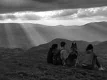 Счастливая семья внутри ослабляет на верхней части холма Стоковые Изображения