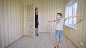 Счастливая семья входя в в пустую комнату их нового дома акции видеоматериалы
