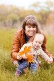Счастливая семья в лесе осени Стоковая Фотография
