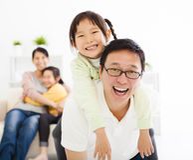 Счастливая семья в живущей комнате Стоковые Фото