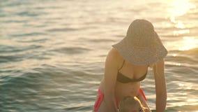 Счастливая семья в заплыве моря мать и ребенок играя потеху ломают от города в морской воде счастье семьи внутри акции видеоматериалы