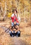 Счастливая семья в осеннем парке Стоковая Фотография RF