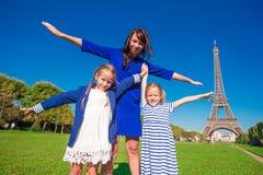 Счастливая семья в Париже около Эйфелевой башни французско стоковое фото rf