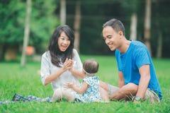 Счастливая семья в парке имея потеху совместно стоковые изображения