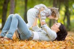 Счастливая семья в парке осени Стоковая Фотография