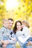 Счастливая семья в парке осени стоковые фотографии rf