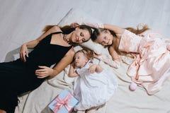 Счастливая семья в праздничных платьях Стоковая Фотография