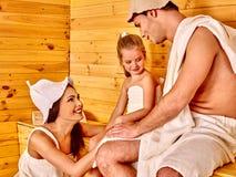 Счастливая семья в шляпе на сауне Стоковая Фотография