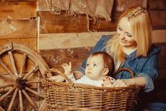 Счастливая семья деревни Стоковая Фотография RF